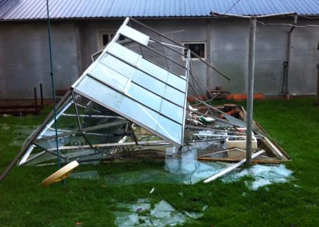 Oprydning af drivhus efter stormskade.