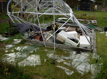 Oprydning af drivhus efter storm.