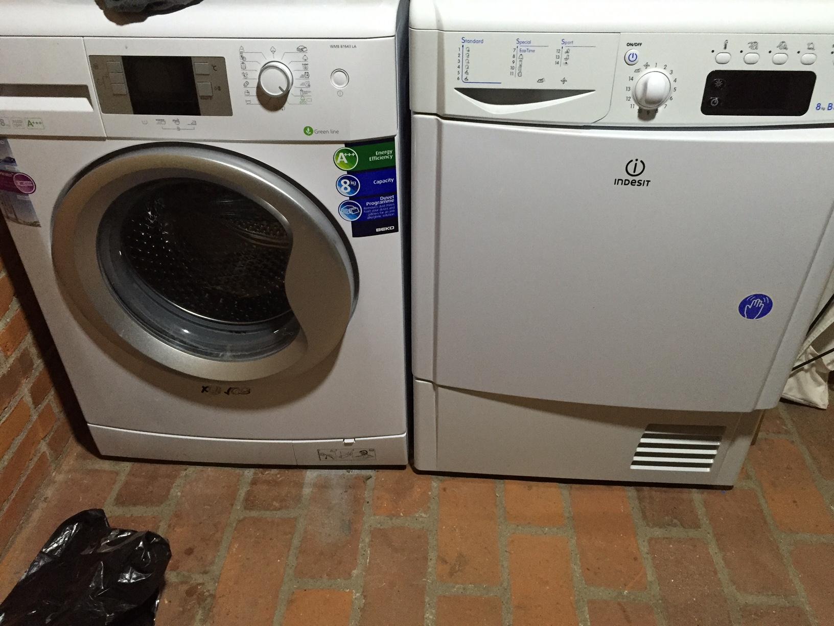 Levering og tilslutning af vaskemaskine og tørretumbler.