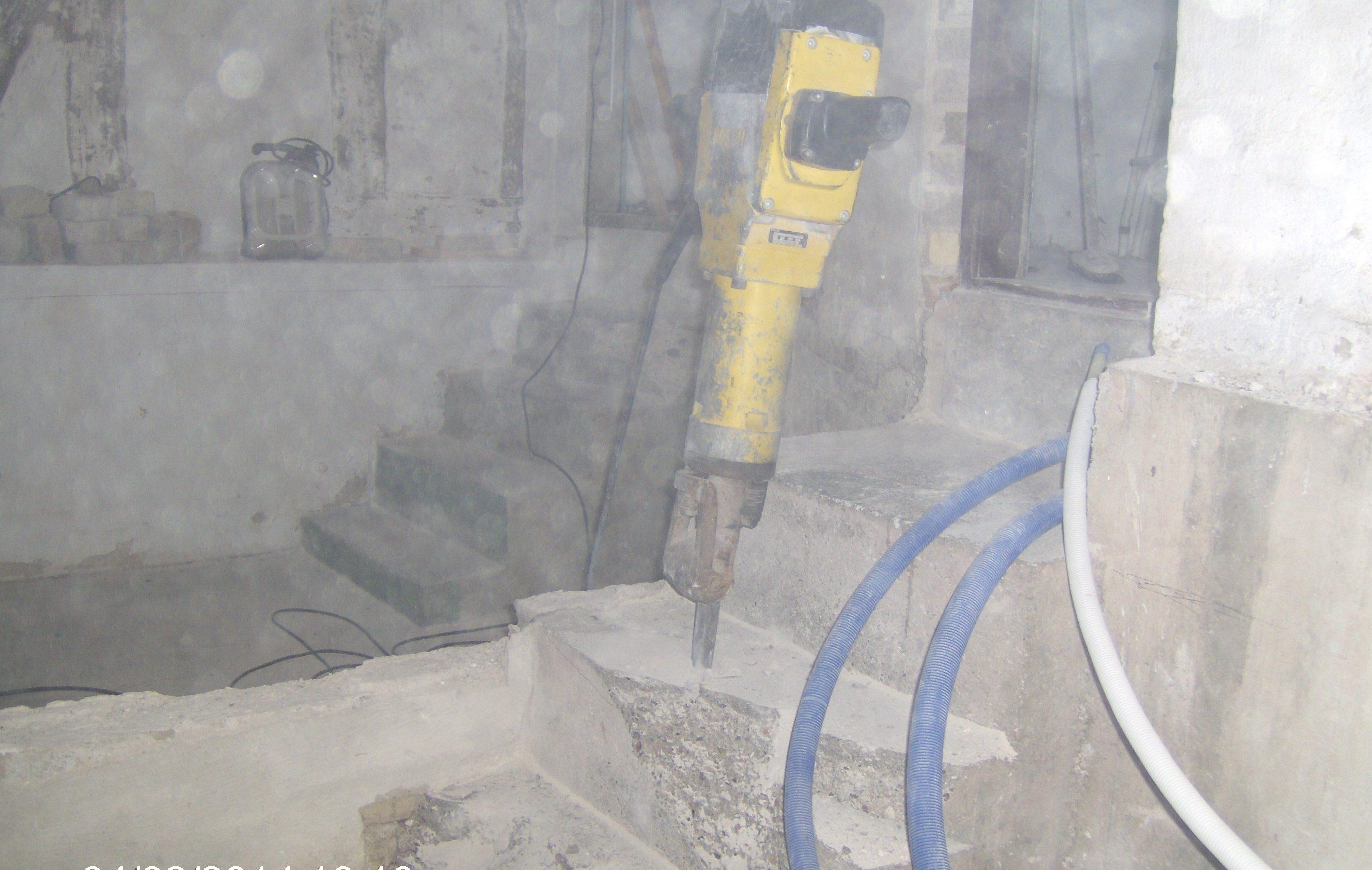 Nedbrydning af betontrappe.