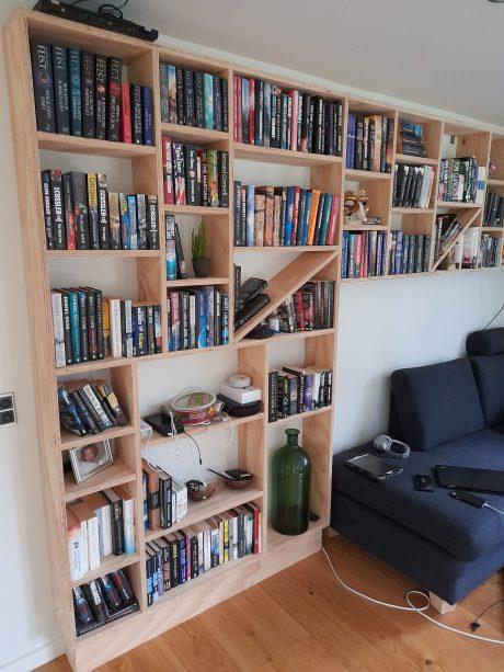 Bygget reol med bøger