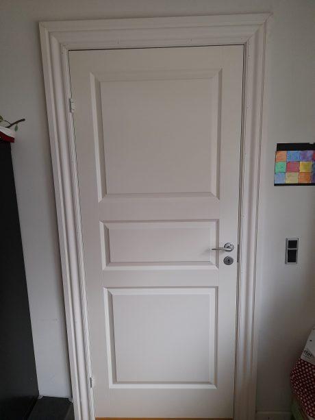 Monteret hvid dør