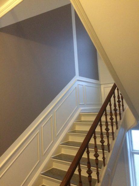 Nymalet trappeopgang - grå og hvid
