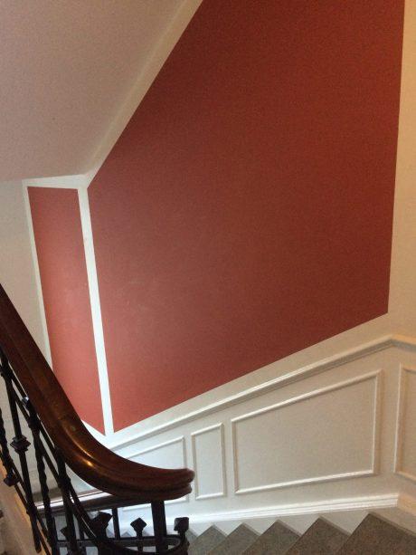 Nymalet trappeopgang - hvid og ceriserød