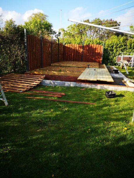 Arbejde med at anlægge terrasse