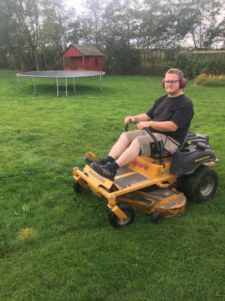Mandogbil klipper græs